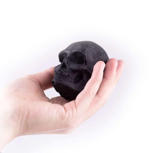 Totenkopf Kohle in der Hand